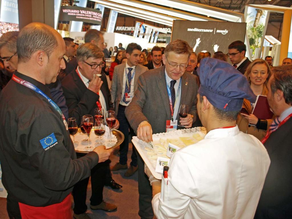 La cata de los quesos artesanos premiados en el I CERTAMEN DE QUESOS ARTESANOS DE MONTANEJOS, fue todo un éxito. El President Ximo Puig, también disfrutó con los quesos.